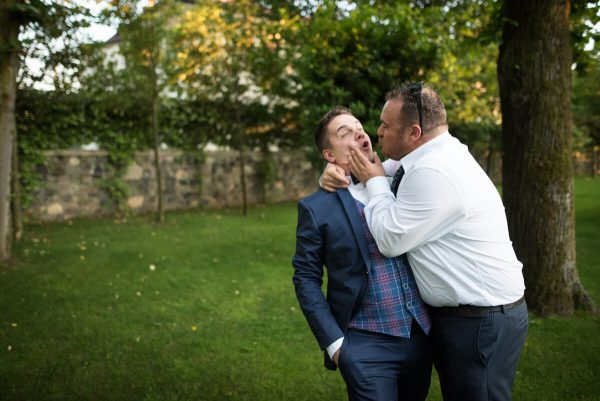 due invitati che scherzano facendo finta di baciarsi