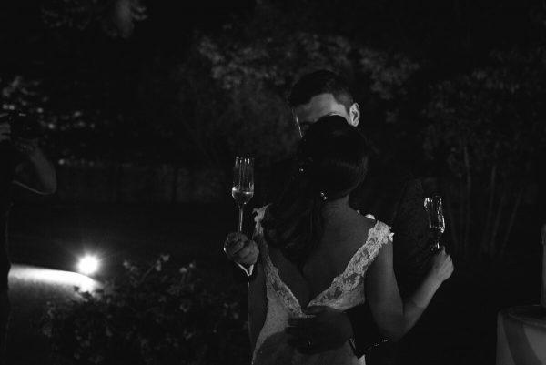 il bacio degli sposi con i calici in mano
