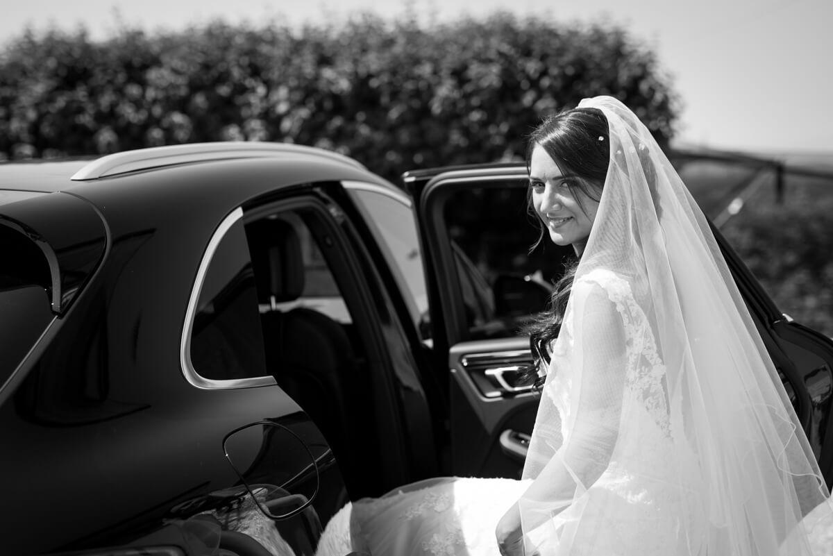 la sposa prima di salire in macchina