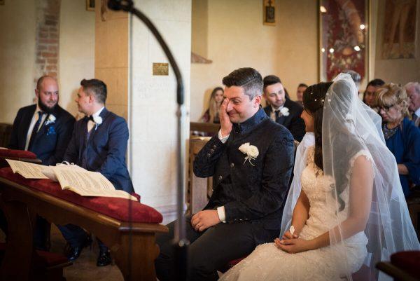 la sposa guarda lo sposo commosso all'altare durante la celebrazione