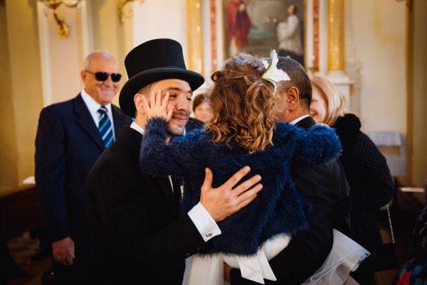 il papà sposo abbraccia commosso la figlia in chiesa dopo la celebrazione