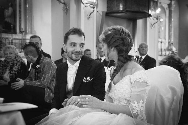 gli sposi si guardano all'altare con amore ed emozione