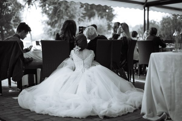 sposa con abito principesco fa un selfie