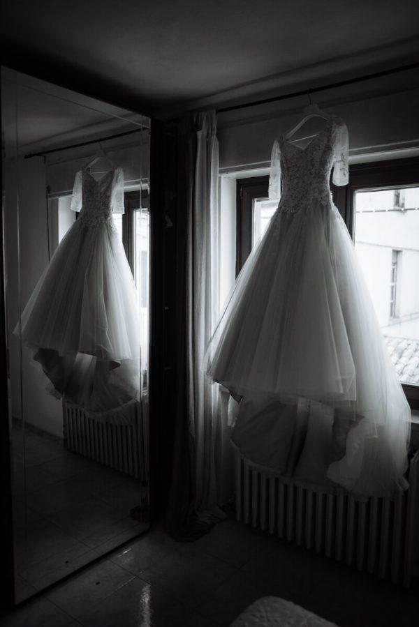abito da sposa appeso vicino la finestra