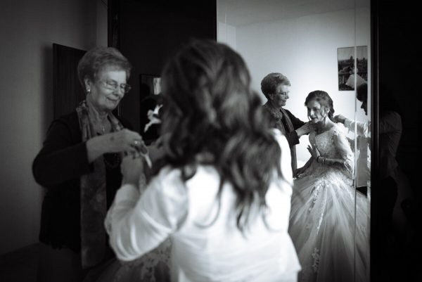 sposa agitata insieme alla nonna prima della cerimonia