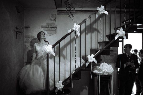 sposa sulle scale di casa agitata prima di entrare in chiesa