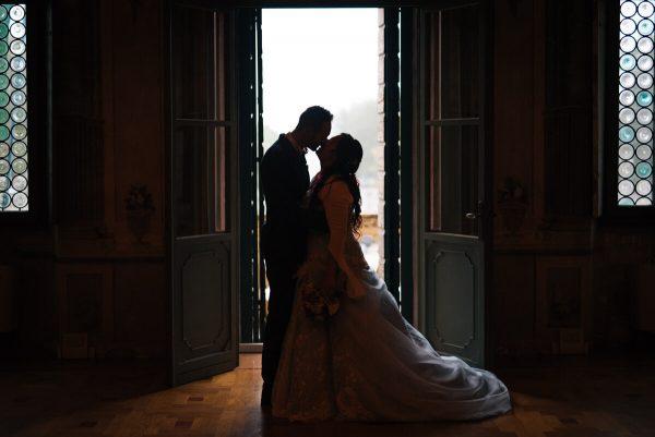 sposi che si baciano in villa al tramonto