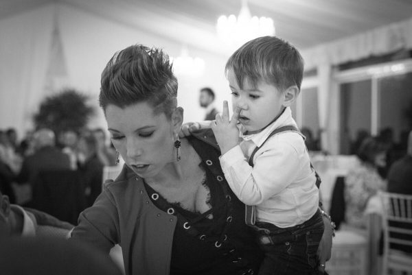 bambino con la mamma al ricevimento del matrimonio