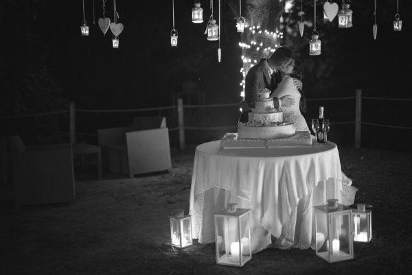 sposi che si baciano al taglio della torta