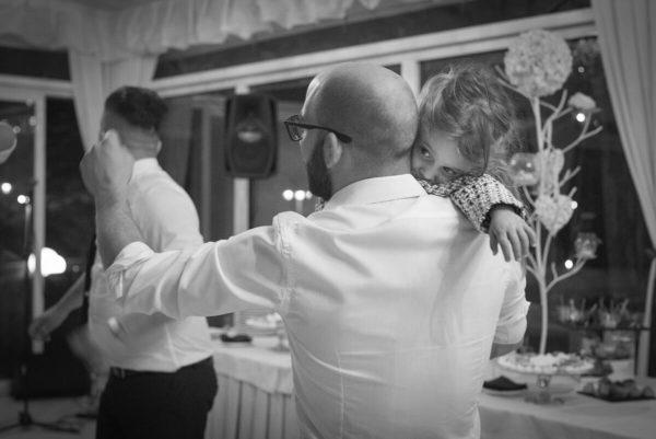 bambina che balla con il papà al matrimonio