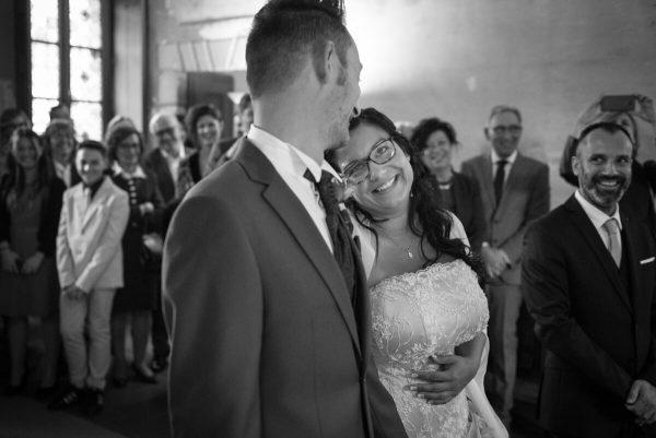 sposi che si guardano negli occhi