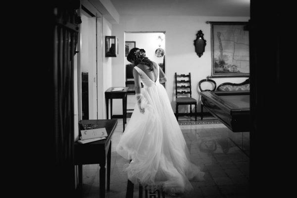 sposa con abito lungo in casa