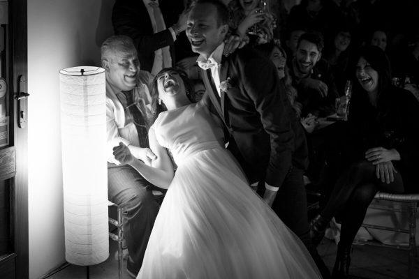 sposi che ballano al ricevimento ridendo