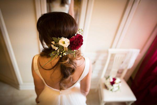 acconciatura sposa con fiori rossi