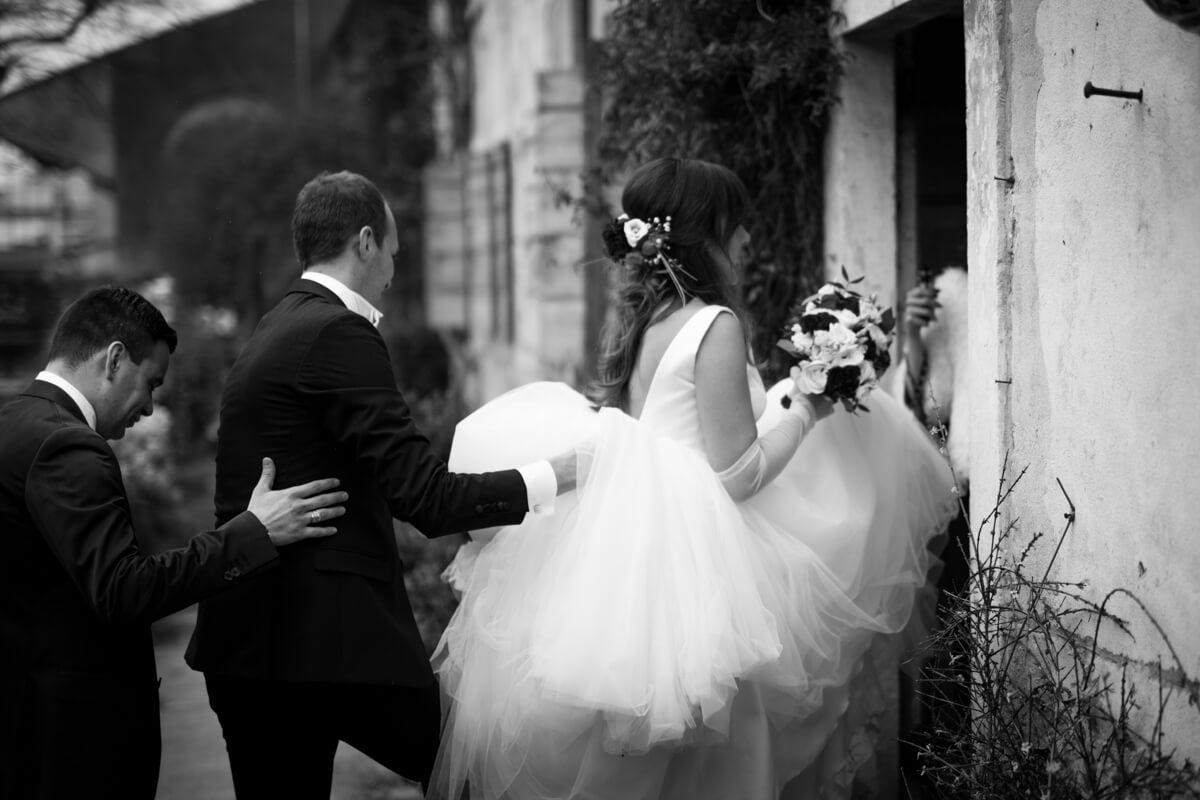 sposa con vestito lungo che entra in chiesa