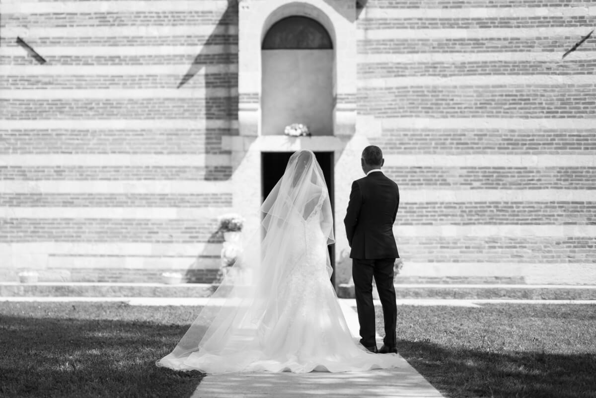 sposa con papà davanti la chiesa