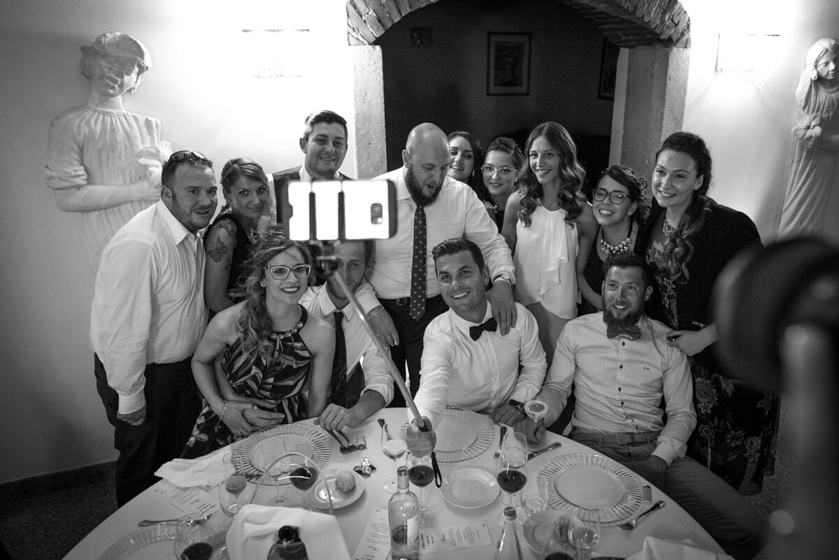 invitati che si fanno un selfie al ricevimento del matrimonio