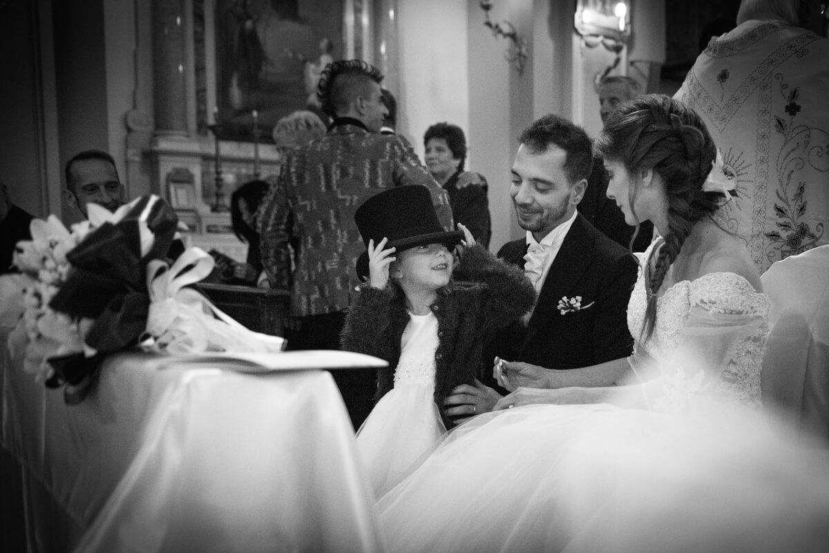 famiglia di sposi con bambina in chiesa