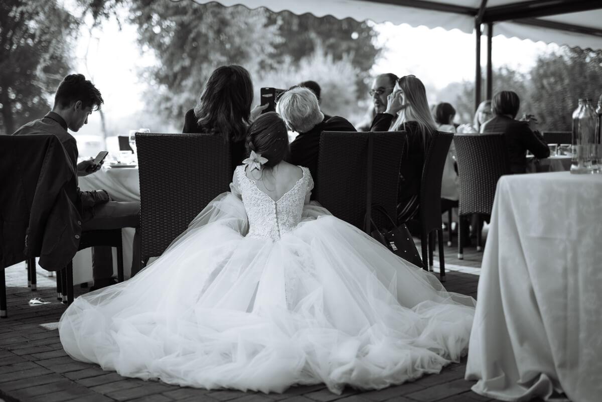 sposa con abito da principessa che si fa i selfie con gli invitati