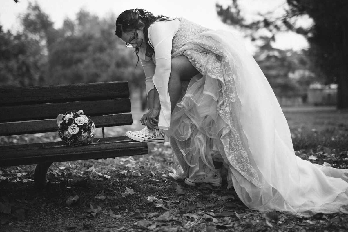 sposa con vestito alla moda con converse