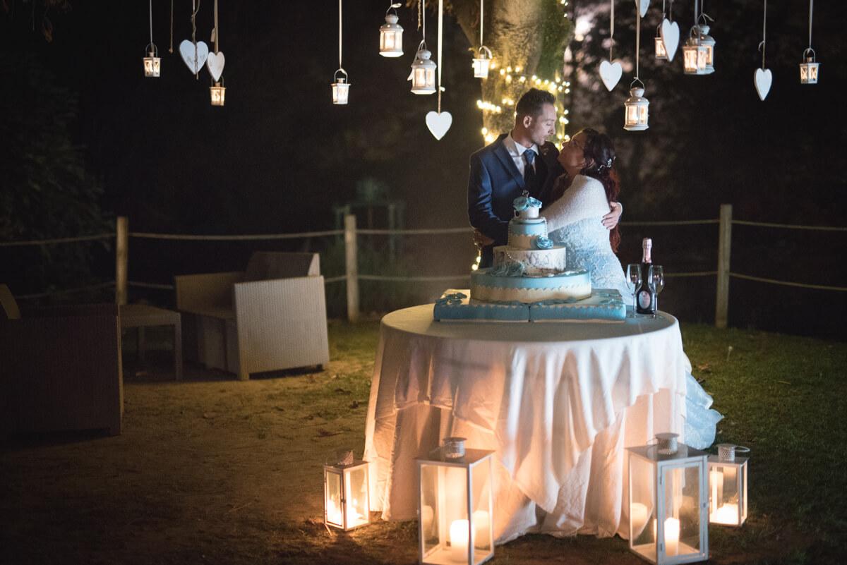 taglio torta nuziale degli sposi con lanterne