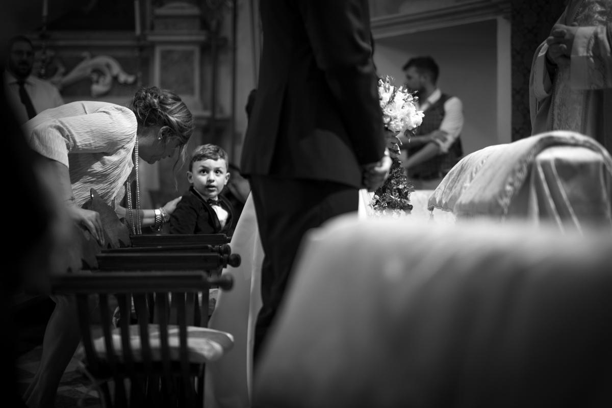 bambino degli sposi sull'altare
