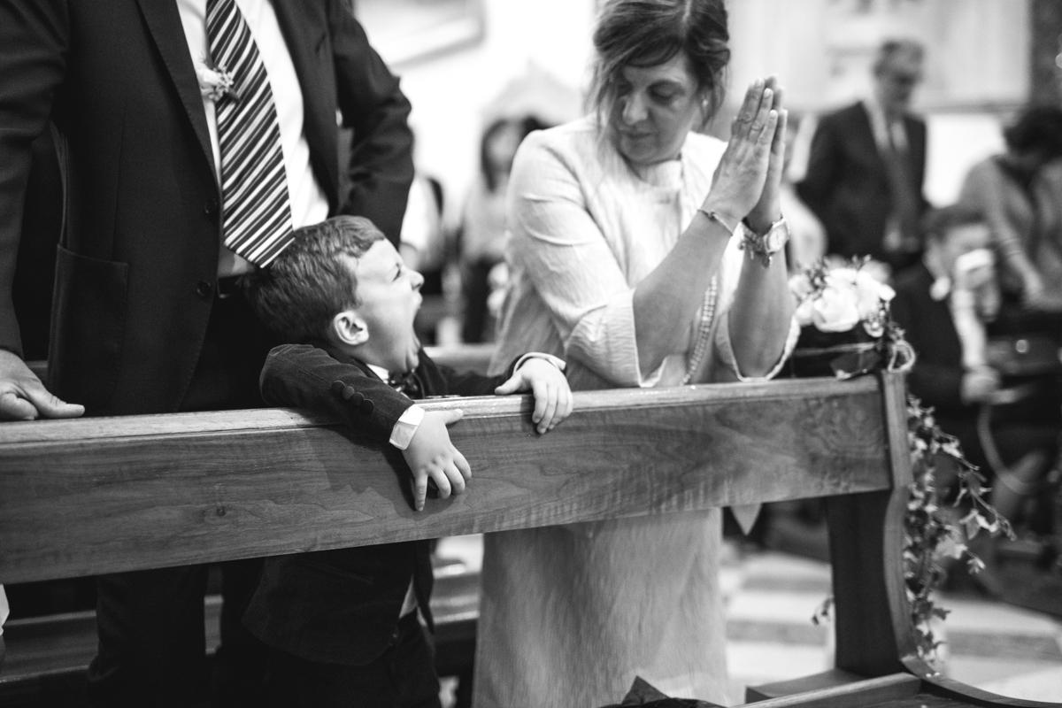 il bambino degli sposi che fa le smorfie al matrimonio in chiesa