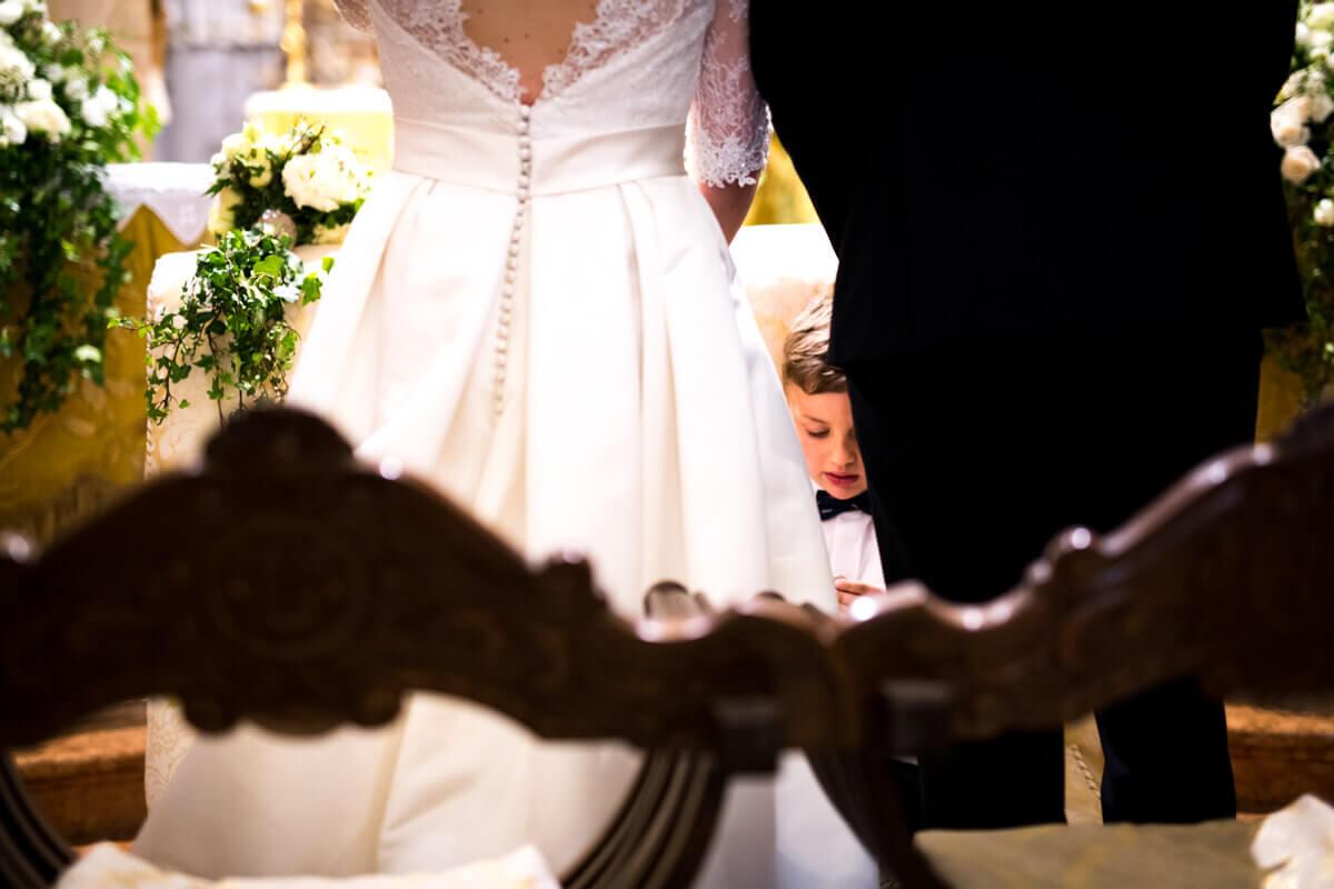 un dettaglio del bambino degli sposi all'altare il giorno del matrimonio