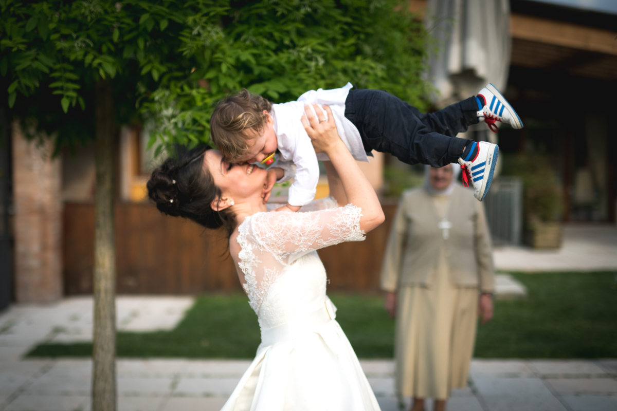 la sposa che gioca insieme al bambino al ricevimento del matrimonio
