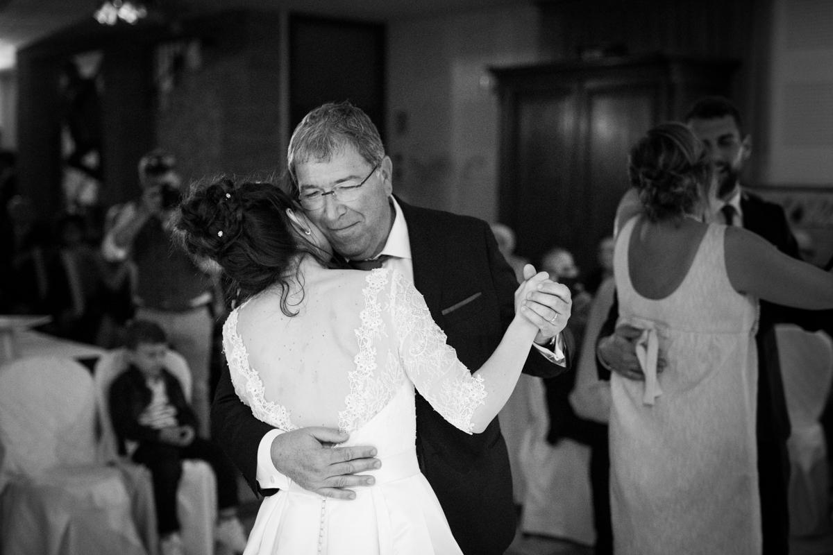la sposa che balla con il padre al matrimonio