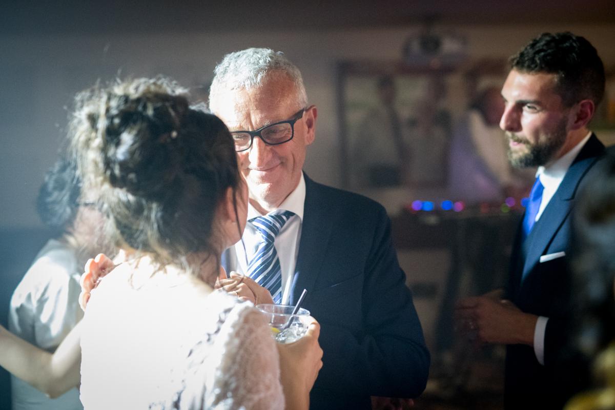 il padre dello sposo che guarda la sposa emozionato