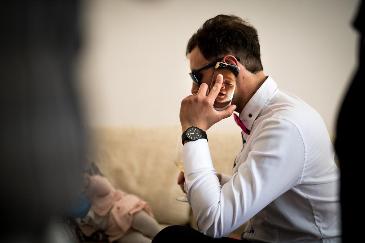 il testimone di nozze al telefono prima del matrimonio