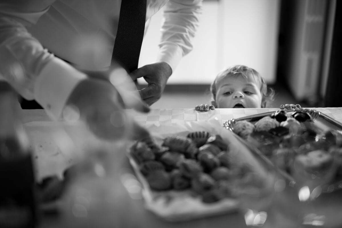 il bambino al buffet del matrimonio