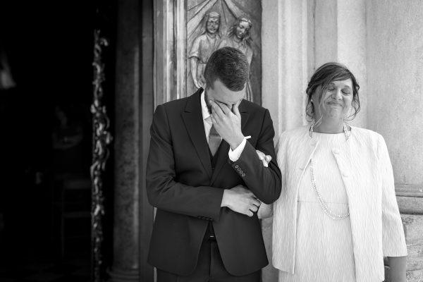 lo sposo insieme alla madre che si commuove aspettando la sposa