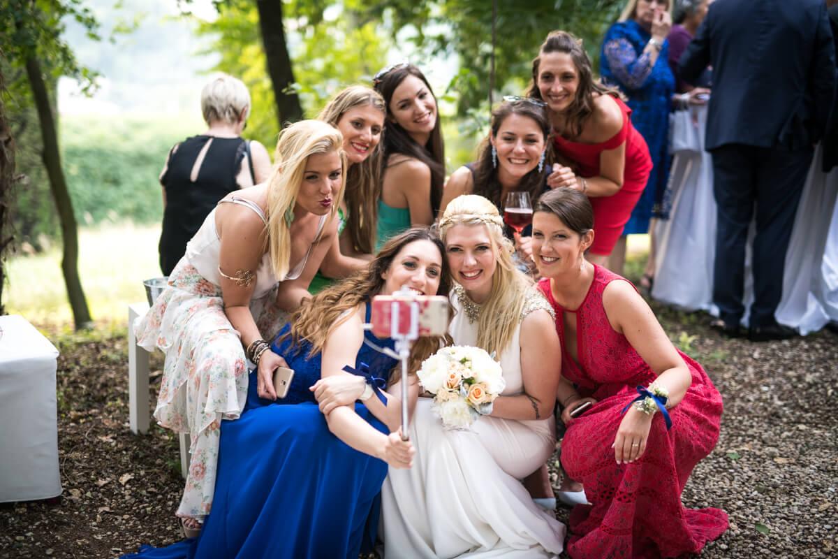 selfie della sposa e le sue amiche