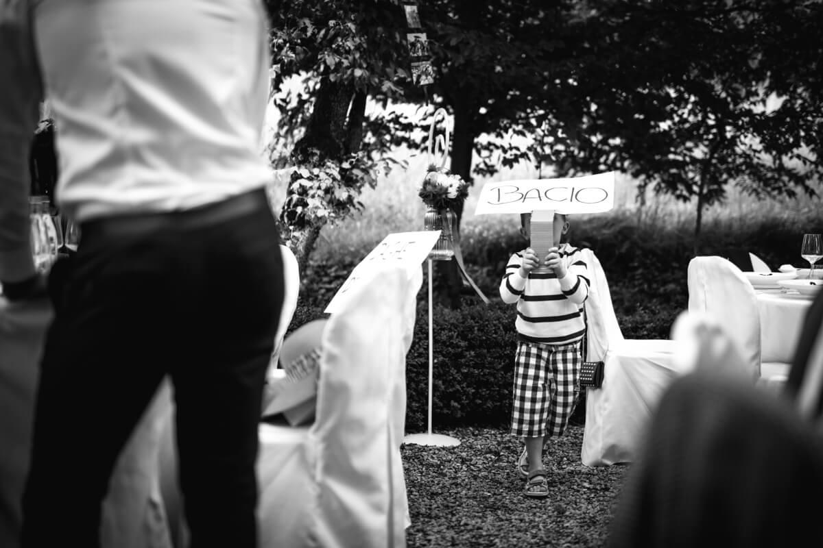 un bambino al matrimonio che sorregge un cartello