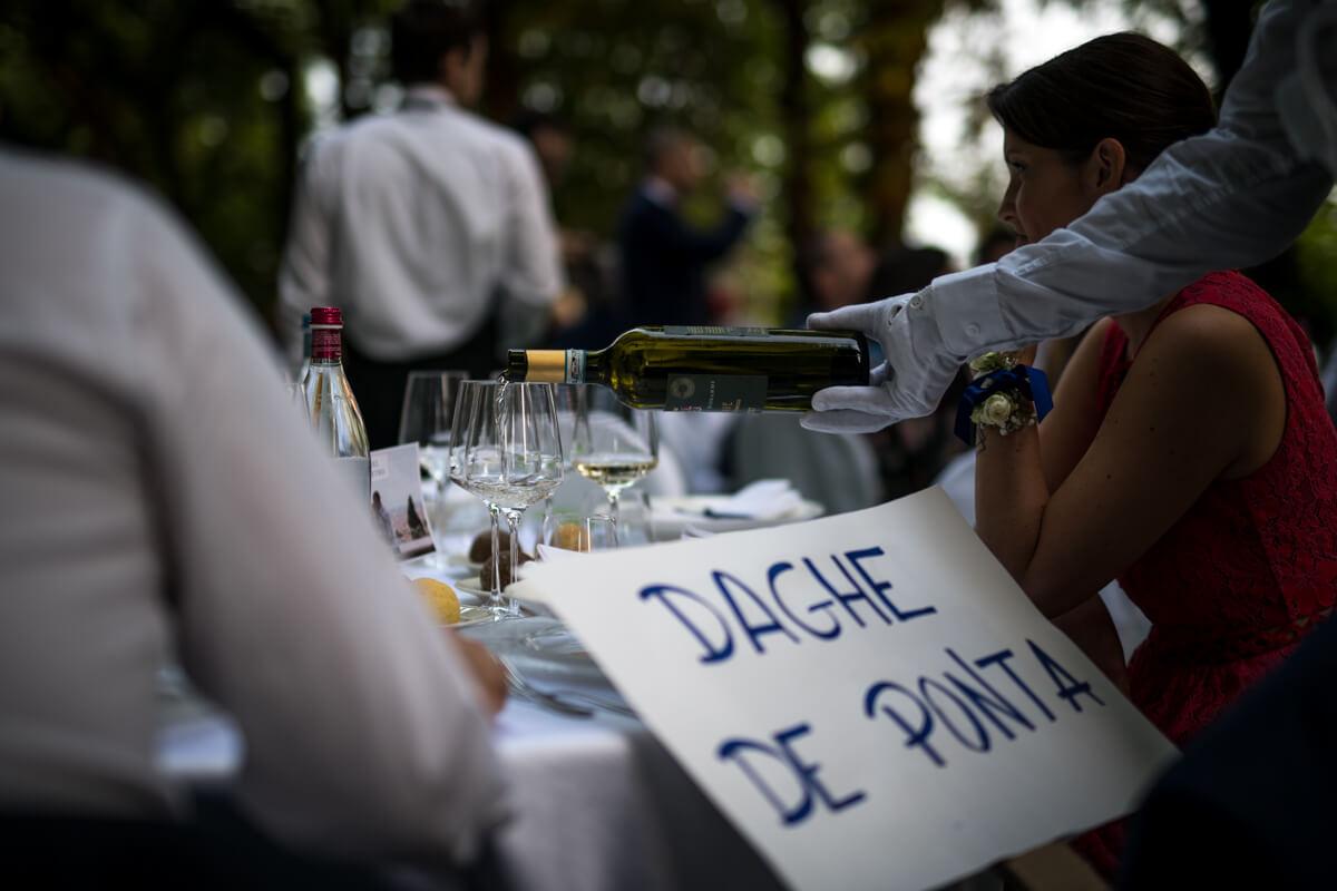 il cameriere versa il vino al pranzo del del matrimonio