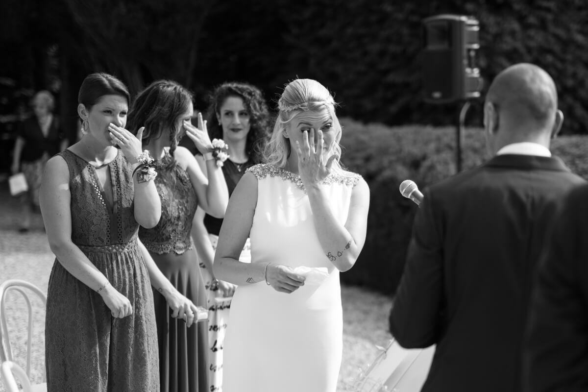 la sposa all'altare si commuove insieme alle damigelle allo scambio delle promesse
