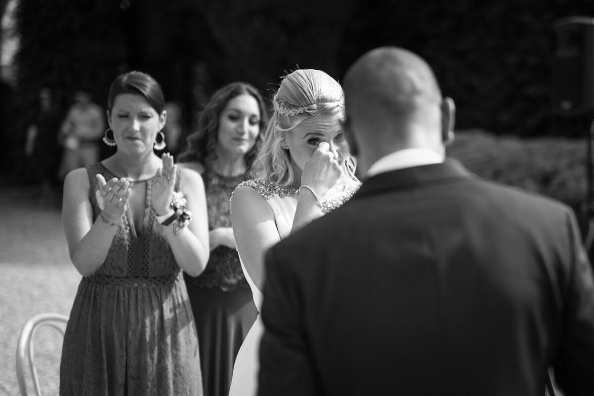 la sposa i commuove all'altare di fronte allo sposo allo scambio delle promesse