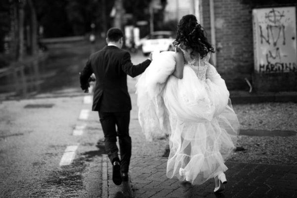 sposi che corrono insieme