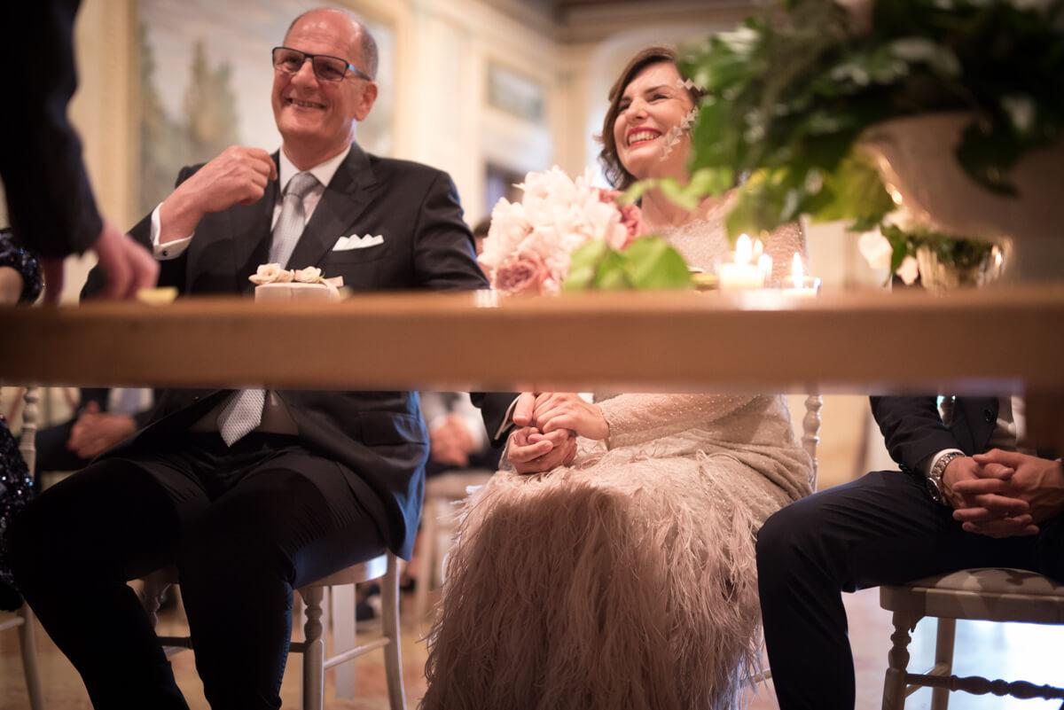 gli sposi all'altare che sorridono durante la celebrazione del matrimonio