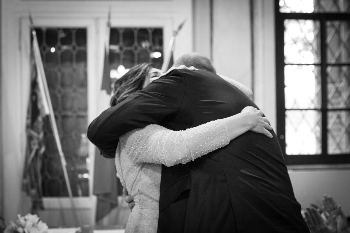 gli sposi che si abbracciano innamorai e felici alla fine della celebrazione del matrimonio