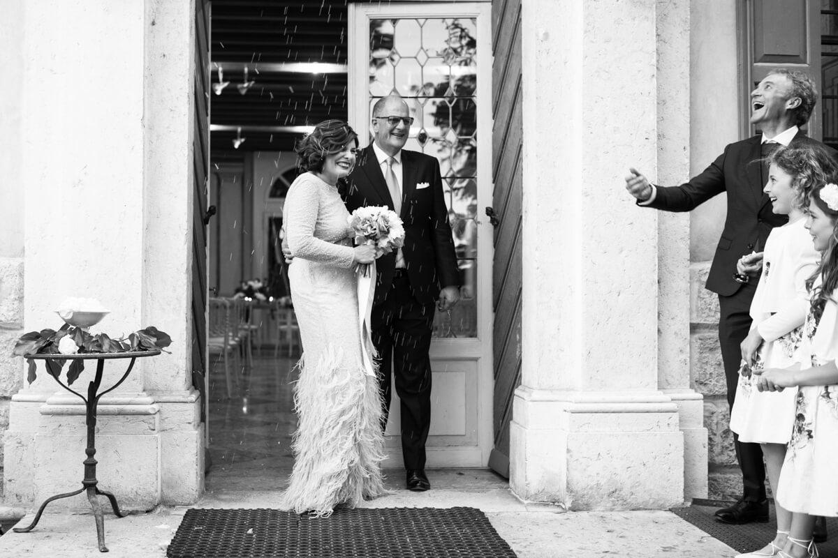gli sposi all'uscita della chiesa