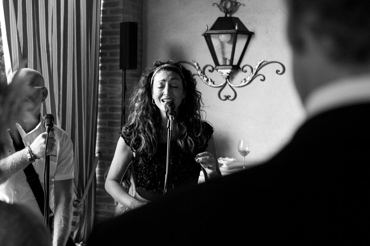una cantante che canta durante il ricevimento del matrimonio