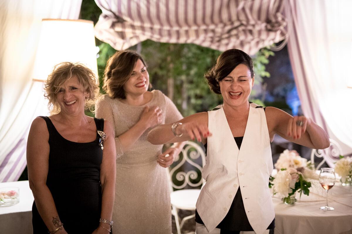 la sposa insieme ad alcune invitate mentre ridono e ballano al ricevimento del matrimonio
