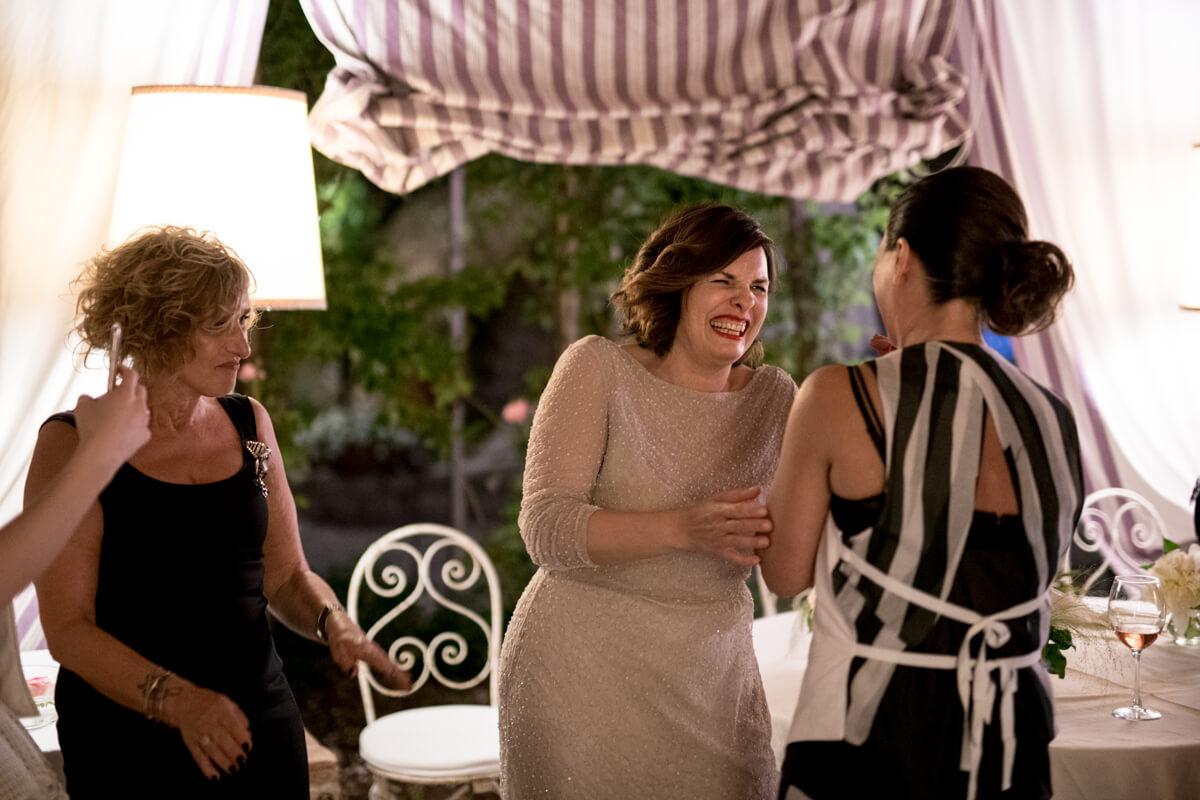 la sposa insieme alle amiche mentre ridono