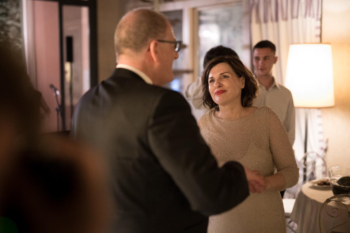 la sposa mentre guarda emozionata lo sposo al ricevimento del matrimonio