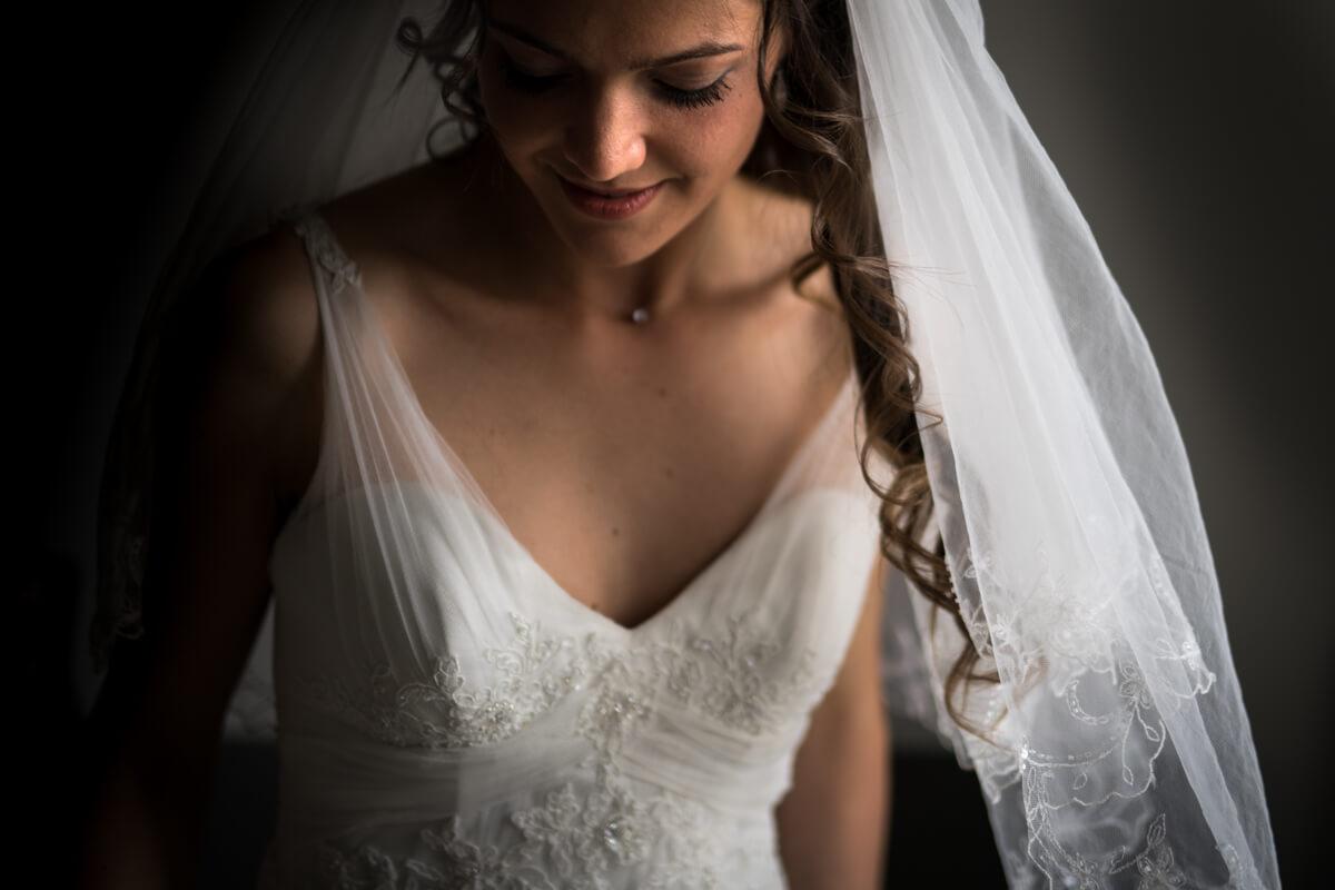 un ritratto della sposa con l'abito e il velo prima del matrimonio