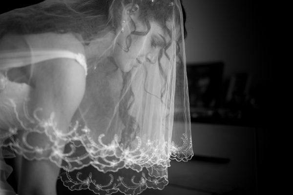 un dettaglio della sposa con il velo prima del matrimonio