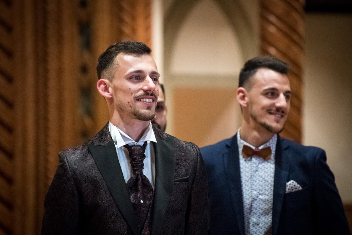 lo sposo mentre si commuove in chiesa durante il matrimonio